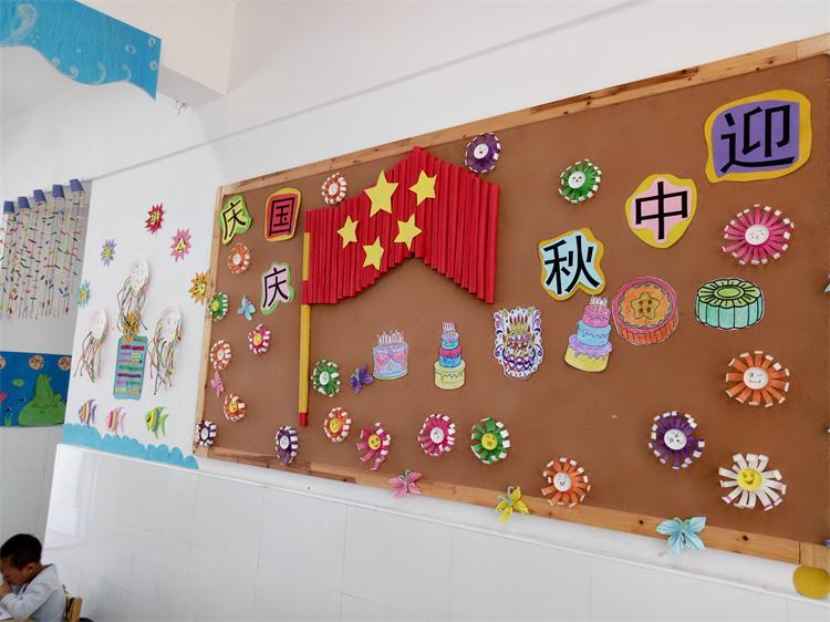 中小班分别开展了《国旗国旗真美丽》,《我爱祖国妈妈》等绘画活动